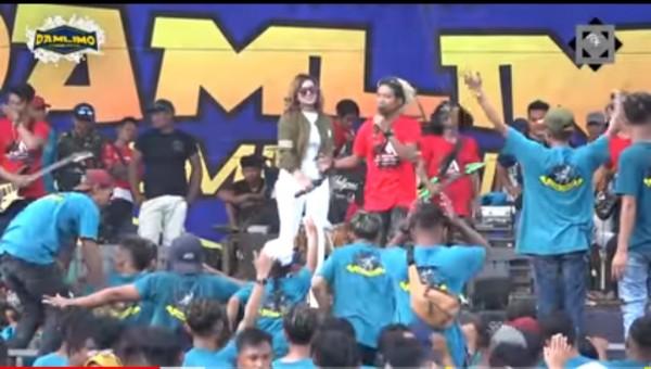 Anggun Pramudita dan MC Ridho yang viral dengan jargon 'Tarik Sis Semongko' (screenshot Aneka Safari Records)