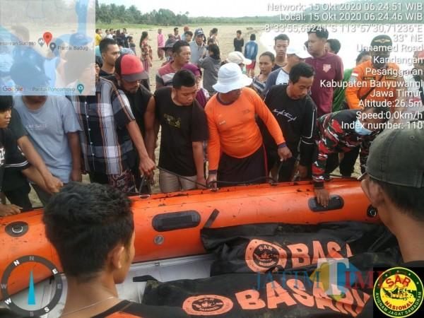 Tim SAR Gabungan saat membawa jenazah dua remaja tenggelam di Pantai Badug, Desa Pesanggaran, Banyuwangi. (Nurhadi Banyuwangi Jatim Times