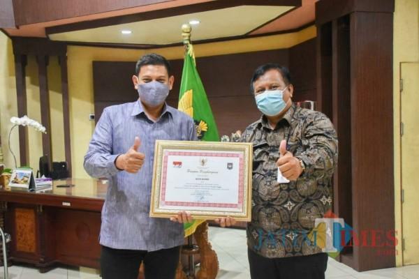 Wali Kota Kediri Abdullah Abu Bakar saat menerima penghargaan. (ist)