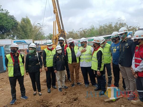 Anggota Komisi C DPRD Kota Malang saat meninjau langsung proses pembangunan RS BRI di Jl. Mayjend Panjaitan atau Betek (Komisi C DPRD Kota Malang for MalangTIMES).