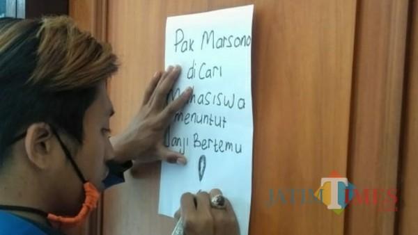 Mahasiswa menempelkan pesan di pintu kantor Marsono agar segera menemui mahasiswa. (Joko Pramono for jatim Times)