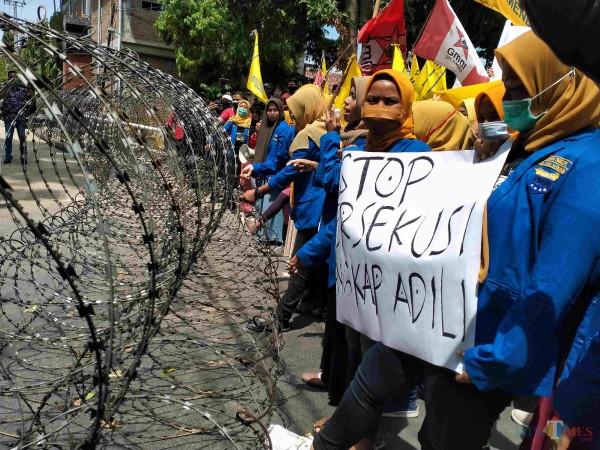 Aktivis perempuan dari Kopri PMII dan GMNI Sumenep minta STOP Persekusi Aktivis saat demo di Mapolres (Foto: Syaiful Ramadhani/JatimTIMES)