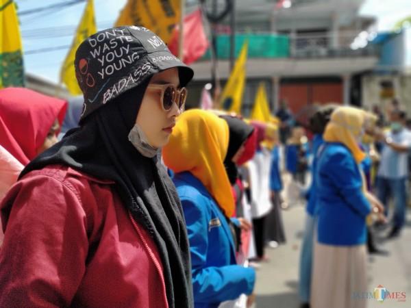 Aktivis perempuan dari Kopri PMII dan GMNI Sumenep saat demo di Mapolres (Foto: Syaiful Ramadhani/ JatimTIMES)