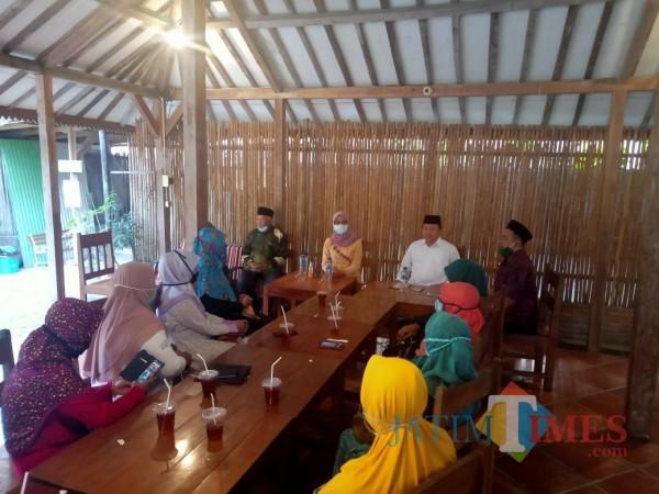 Anggia Ermarini dan Yasin Hermanto konsolidasi bersama pengurus dan kader Fatayat NU Kota Blitar.(Foto : Aunur Rofiq/BlitarTIMES)