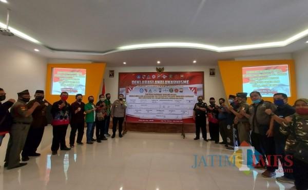 Kapolres Malang AKBP Hendri Umar saat bersama perwakilan ormas usai penandatanganan deklarasi anti anarkisme, Jumat (16/10/2020). (Foto: Tubagus Achmad/MalangTIMES)