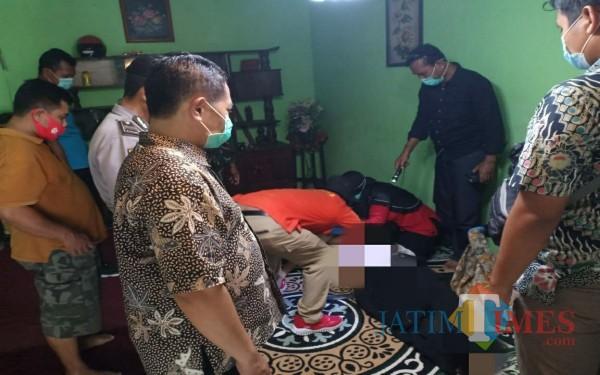 Korban DS saat diperiksa tim medis dan inafis. / Foto : Dokpol / Tulungagung TIMES