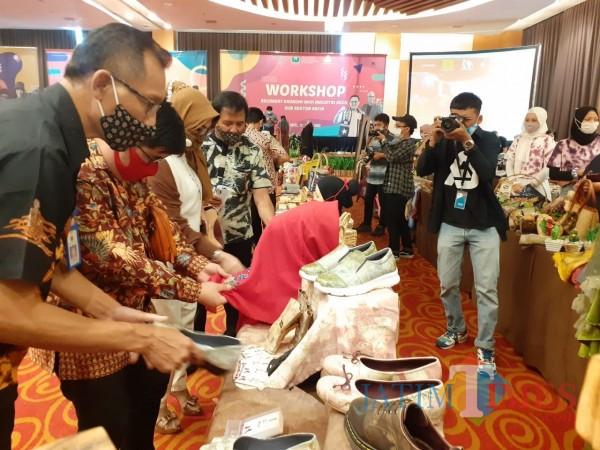 Suasana pameran dalam Workshop Recovery Ekonomi dari Diskopindag Kota Malang, Jumat (16/10). (Arifina Cahyanti Firdausi/MalangTIMES).