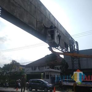 Tak Punya Crane, Satpol PP Pemkab Malang  Terkendala Tertibkan Iklan Liar