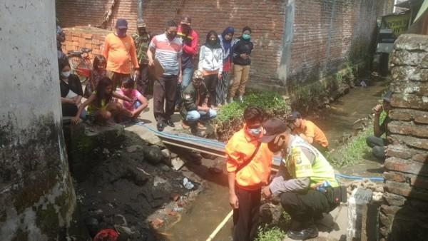 Petugas gabungan saat melakukan upaya pencarian hilangnya balita asal Bululawang (Foto : Istimewa)