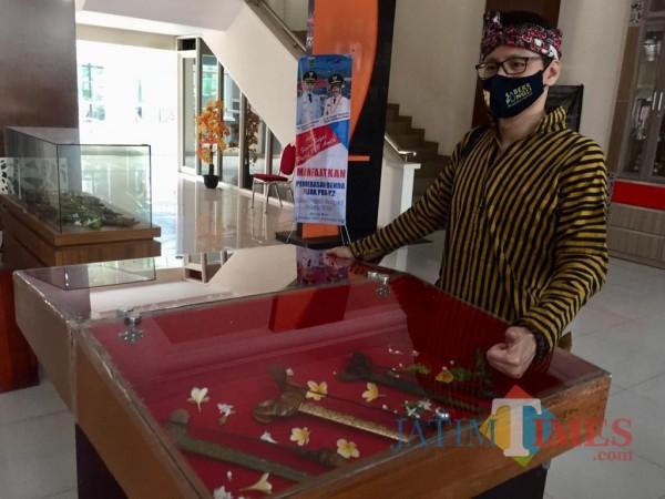 Sudarno saat menunjukkan keris sengkelat Sultan Agung dari abad ke-15 di Lobby Utama, Balai Kota Among Tani, Jumat (16/10/2020). (Foto: Irsya Richa/MalangTIMES)