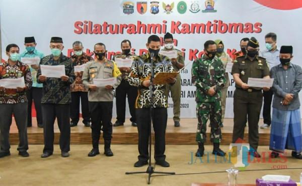 Walikota Kediri membacakan deklarasi cinta damai. (eko arif s/Jatimtimes)