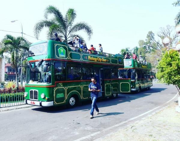 Bus Malang City Tour (Macito) saat digunakan keliling kota oleh wisatawan. (Foto: source Instagram).)