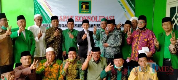 Foto bersama usai kegiatan penyerahan SK Plt dan Ta'aruf DPC PPP Sumenep dari DPW PPP Jatim. (Foto: Syaiful Ramadhani/JatimTIMES)