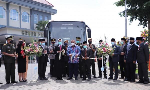 Penyerahan Bus Damri kepada Pemkot Batu di halaman Balai Kota Among Tani, Sabtu (17/10/2020). (Foto: istimewa)