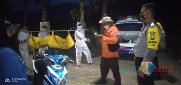 Petugas ber APD saat mengevakuasi mayat Mr. X yang ditemukan di Gunung Manggar Wuluhan Jember (foto : Ulum / Jatim TIMES)