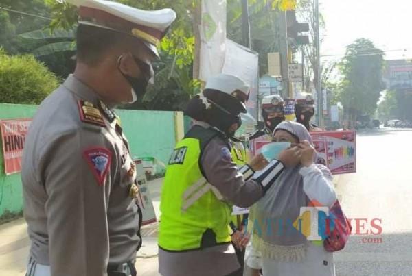 Petugas dari Polres Pamekasan saat melaksanakan Razia masker bagi masyarakat di Pamekasan (Foto:Ist/JatimTimes.com)