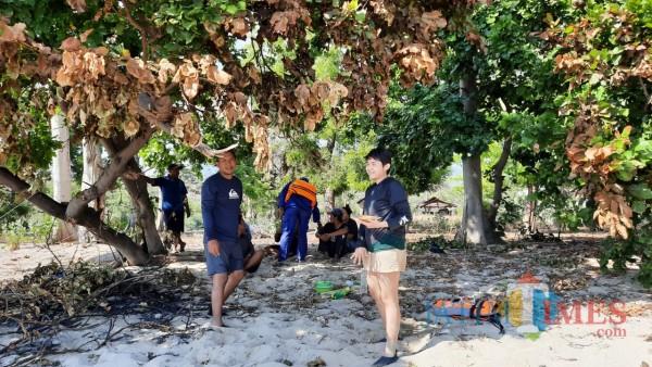 Tim SAR saat mengevakuasi dua penumpang Jet Sky yang mengalami mati mesin di Pantai Bama Kabupaten Situbondo (Nurhadi Banyuwangi/ JatimTIMES)