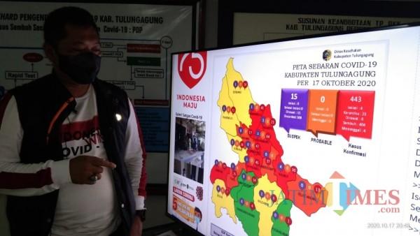 Jubir Gugus Tugas Percepatan Penanganan Covid 19 Tulungagung, Galih Nusantoro saat menjelaskan peta sebaran Covid 19 (Joko Pramono for Jatim TIMES)
