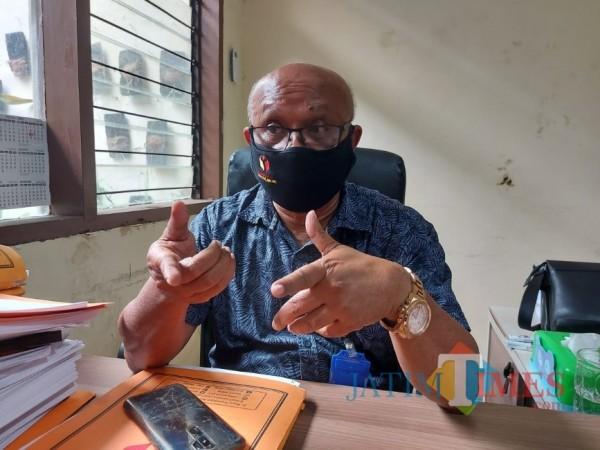 Koordinator Penanganan Pelanggaran Bawaslu Kabupaten Malang George da Silva saat ditemui awak media di ruang kerjanya. (Foto: Tubagus Achmad/MalangTimes)
