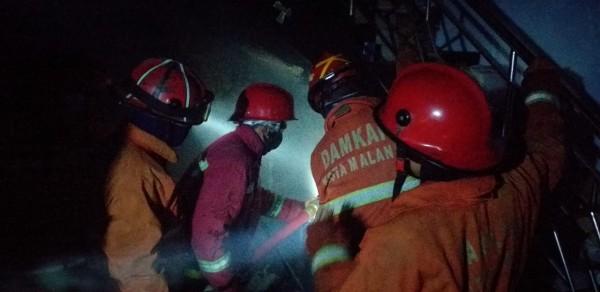 Petugas damkar Kota Malang saat berupaya memadamkan api di Gadang. (Ist)