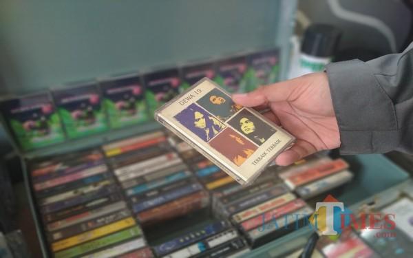 Salah satu kaset pita berisi rekaman musik Band Dewa 19 yang dipajang untuk dijual di Casette Store Day (Anggara Sudiongko/MalangTIMES)