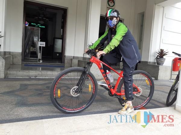 Wali Kota Malang Sutiaji saat beraktivitas dengan hobi bersepedanya. (Arifina Cahyanti Firdausi/MalangTIMES).
