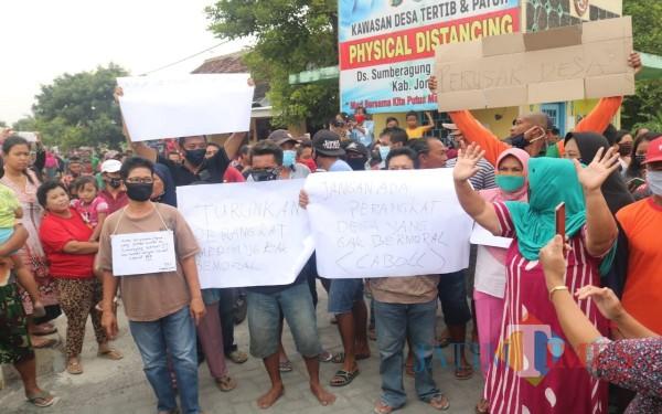 Aksi unjuk rasa warga Desa Sumberagung, Kecamatan Megaluh, Jombang (Foto: Adi Rosul/ JombangTIMES)