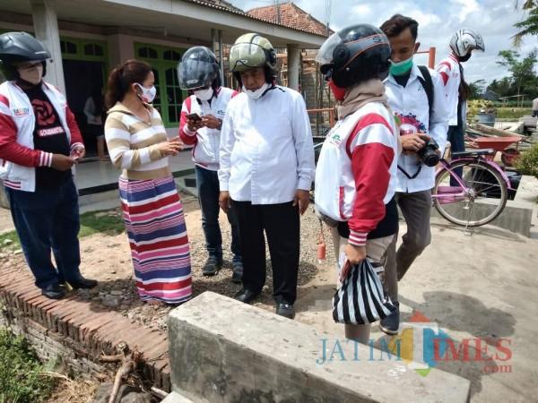 Calon Bupati Malang Sanusi (tengah) saat mengunjungi para warga yang mengeluh soal pembangunan infrastruktur limbah (Ashaq Lupito)