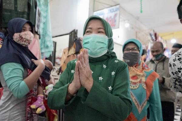 Calon Bupati (cabup) Lathifah Shohib saat menyapa masyarakat Kabupaten Malang, Senin (19/10/2020). (Foto: Dok. Malang Bangkit)