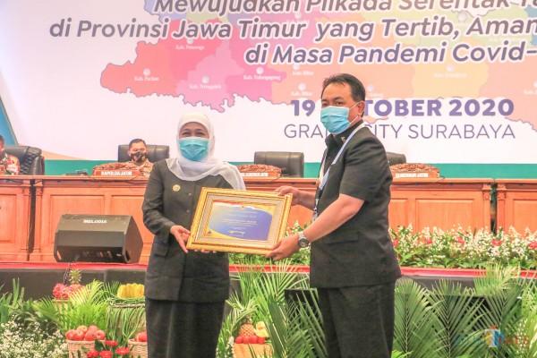 Gubernur Khofifah menyerahkan Opini WTP dari BPK kepada Pjs Wali Kota Blitar Jumadi