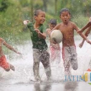 Awal Musim, Bocah di Tulungagung Senang Bermain Air Hujan, Seru..!!