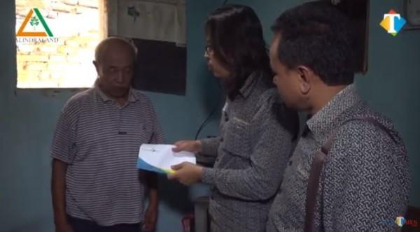 Kakek hidup sebatang kara di rumah sempit nan kotor. (Foto: YouTube Jatim TIMES Network)