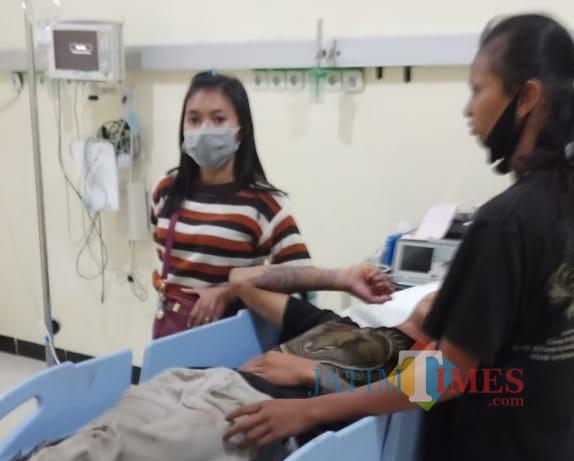 Korban Ajie dirawat di rumah sakit setelah dianiaya dan ditusuk pelaku.