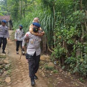 """Tayangan """"Ngedum Ojir"""" Jadi Inspirasi Satbrimob Polda Jatim Beri Bantuan untuk Mbok Ati"""