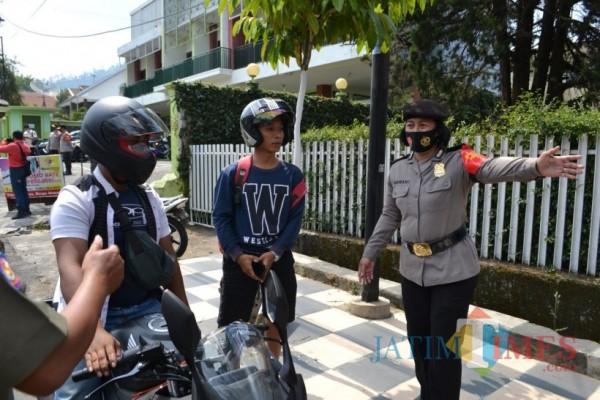 Pengendara didapati tidak menggunakan masker saat di Jalan Trunojo, Kecamatan Batu. (Foto: Irsya Richa/MalangTIMES)