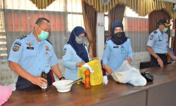 Petugas Lapas kelas I Lowokwaru Malang saat memeriksa barang bawaan keluarga narapidana (Humas LP Kelas I Lowokwaru Malang)
