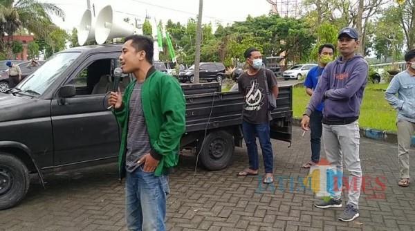 Tampak, aktivis Gelora Bangkalan saat orasi di halaman Disperinaker Bangkalan (foto/ Redaksi BangkalanTimes.com)