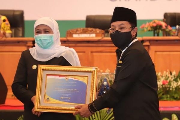 Wali Kota Malang Sutiaji (kanan) menerima penghargaan opini WTP dari Gubernur Jatim Khofifah Indar Parawansa (kiri) (Humas Pemkot Malang for MalangTIMES).