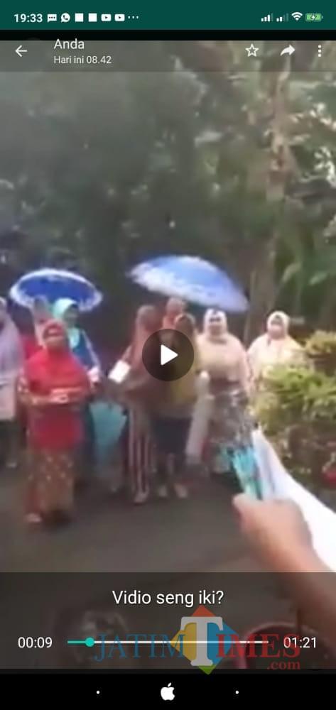 Viral Video Bagi-Bagi Duit Ada Poster Calon Bupati Jember, Begini Kata Tim HSGF