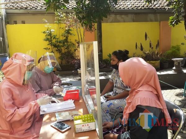 Pelayanan Kesehatan kepada masyarakat di masa Pandemi Covid-19 di di Puskesmas Kedungkandang. (Arifina Cahyanti Firdausi/MalangTIMES).