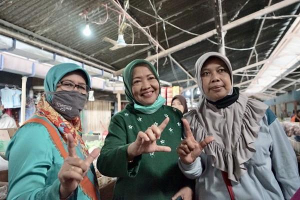 Calon Bupati Malang, Lathifah Shohib (tengah) saat mengunjungi Pasar Tradisional di Kabupaten Malang. (Foto: Dok. Malang Bangkit)