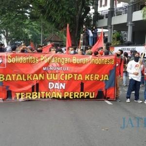 Dua Kelompok Massa Padati Area Balai Kota Malang, Sebagian Nyanyikan Lagu Aremania