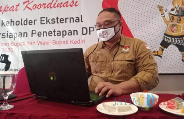 Eka Wisnu Wardhana Komisioner KPU Kabupaten Kediri.(eko arif s/Jatimtimes)