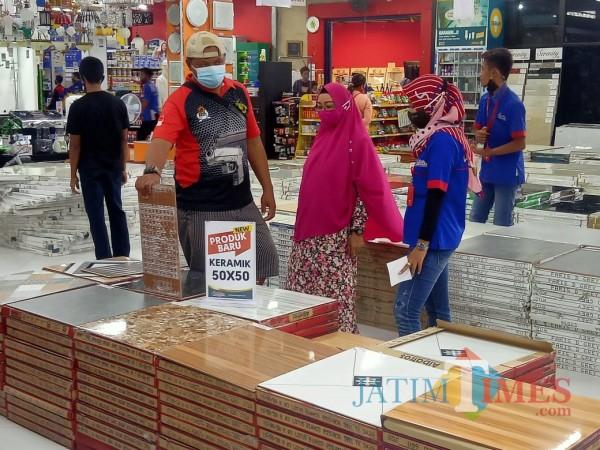Keramik koleksi baru Graha Bangunan dari Albatros  jadi best seller  diminati customer.(Foto: Aunur Rofiq/BlitarTIMES)