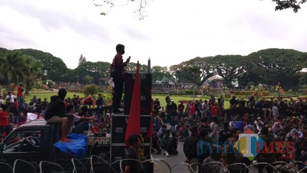 Massa tolak Omnibus Law di Kota Malang (Pipit Anggraeni/MalangTIMES).