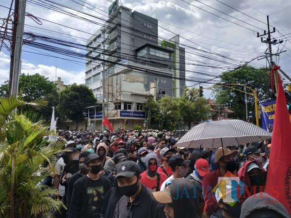 Molor 6 Jam, Pendemo Mulai Padati Perempatan Rajabali Kota Malang