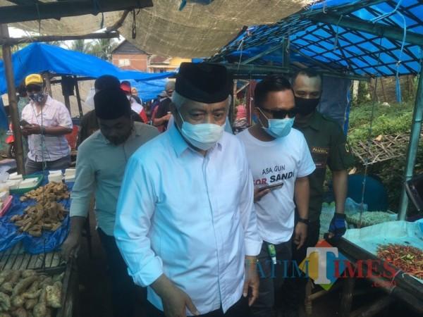 Paslon nomor urut 1, SanDi saat Calon Bupati Sanusi (kemeja putih) melakukan kampanye di Pasar Gedangan (Foto: Ashaq Lupito / MalangTIMES)