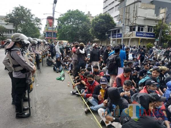 Pedemo dan Polisi berdampingan saat melakukan tugas masing-masing (Hendra Saputra)