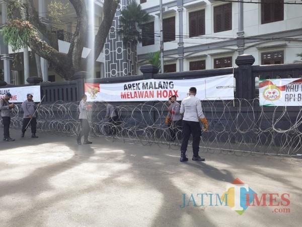 Polisi Sudah Pasang Kawat Berduri di Gedung DPRD hingga Balai Kota
