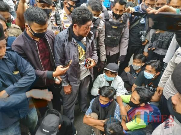 Polisi saat mengamankan pelajar yang akan gabung unjuk rasa (Hendra Saputra)